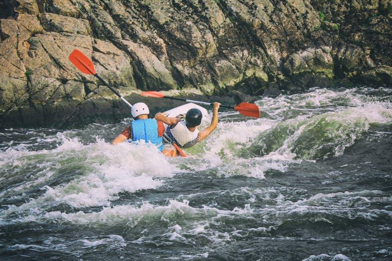Os Kayakers lutam a água branca em um rio do erro de Pivdenny imagens de stock