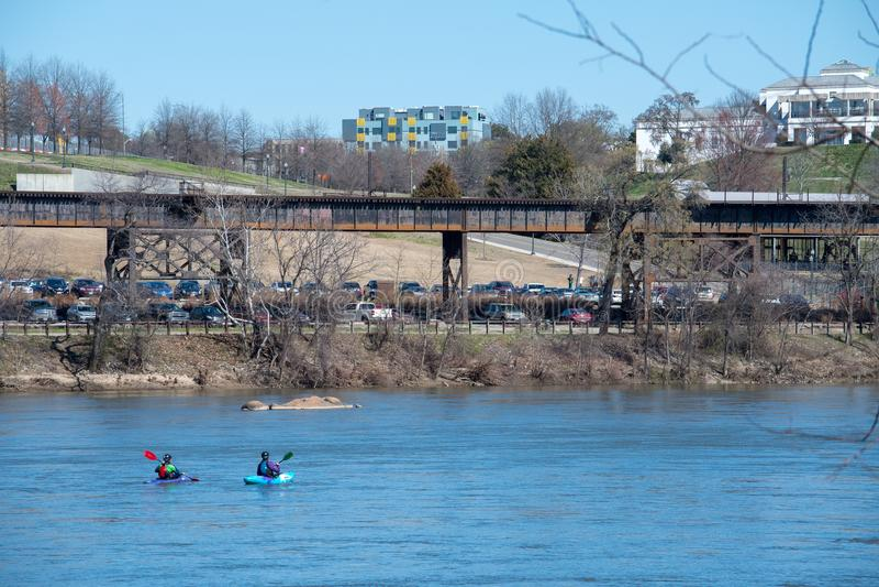Os Kayakers remam abaixo de James River em Richmond, Virgínia imagem de stock