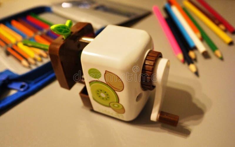 Os lápis afiados apontaram com um apontador mecânico especial Tais lápis perfeitamente afiados são obtidos somente com o uso  imagens de stock