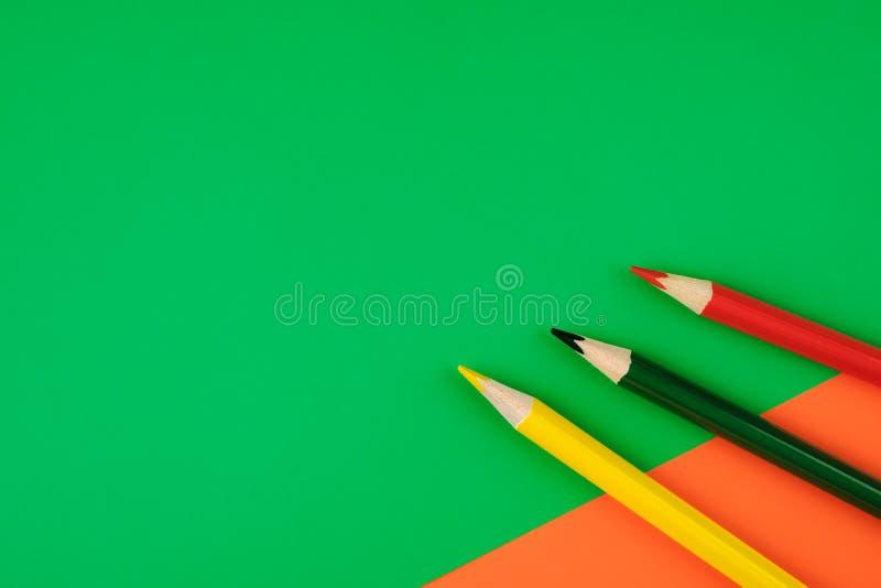 Os lápis coloridos na cor forram o fundo imagens de stock royalty free