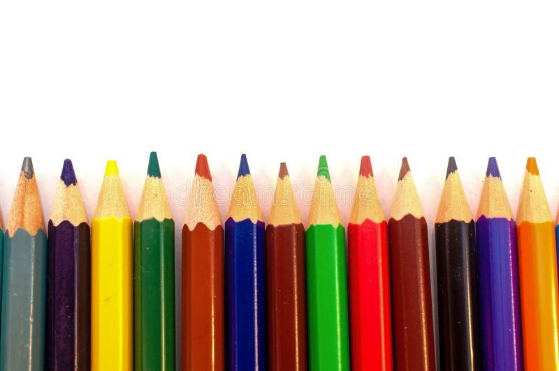 Os lápis da cor agrupam em seguido isolado no branco fotos de stock