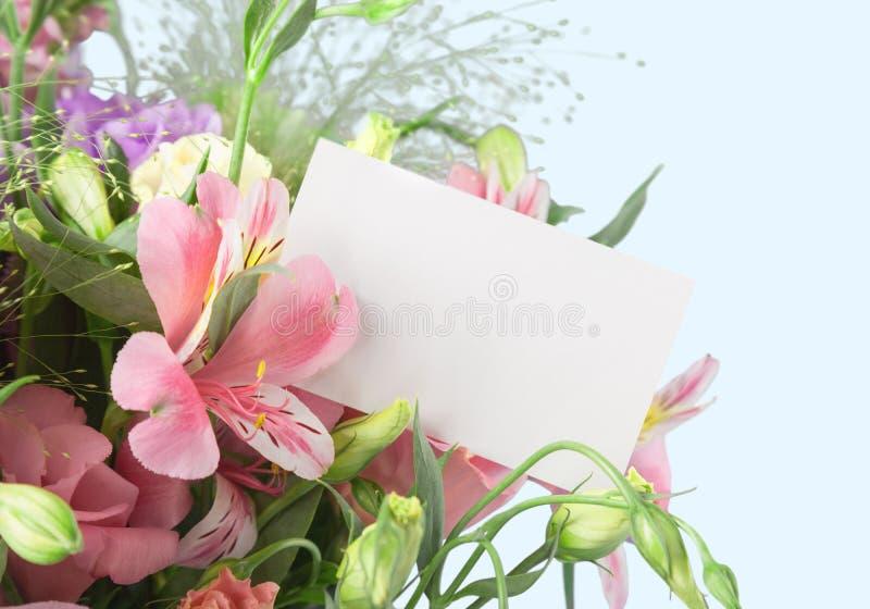 Os lírios bonitos florescem o ramalhete e o cartão vazio sobre fotografia de stock