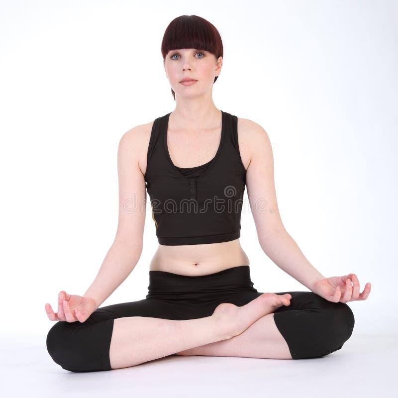 Os lótus da ioga levantam o padmasana pela mulher nova do ajuste fotografia de stock
