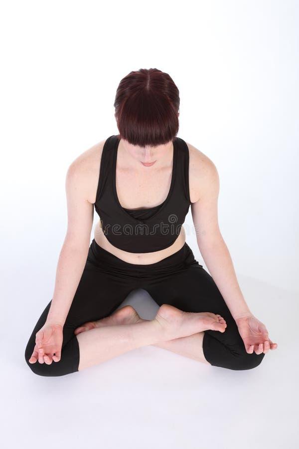 Os lótus da ioga levantam a rotina saudável do exercício do padmasana fotografia de stock royalty free
