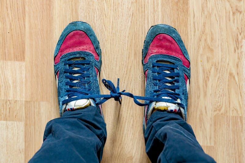 Os laços de sapatas amarraram entre si no dia b do tolo do aprill foto de stock royalty free