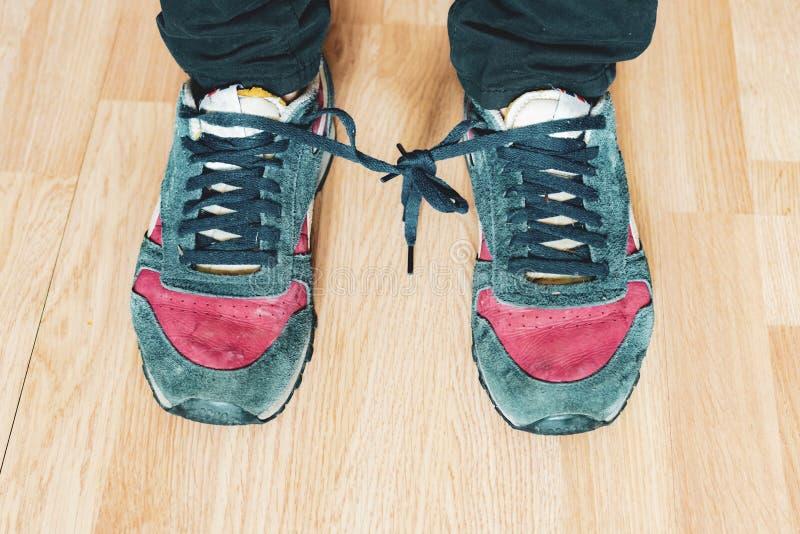 Os laços de sapatas amarraram entre si no dia b do tolo do aprill imagem de stock