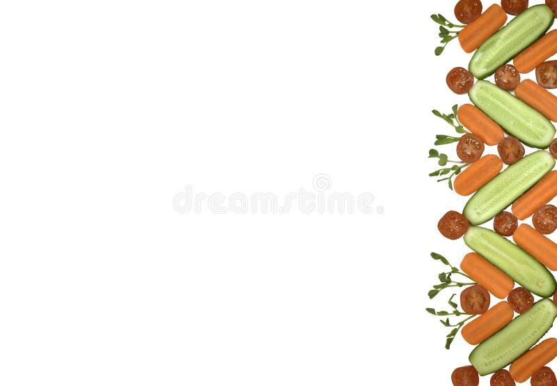 Os legumes frescos de dieta saudável colocam horizontalmente a beira isolada no branco Tomate, cenoura, pepino na composição deco imagem de stock