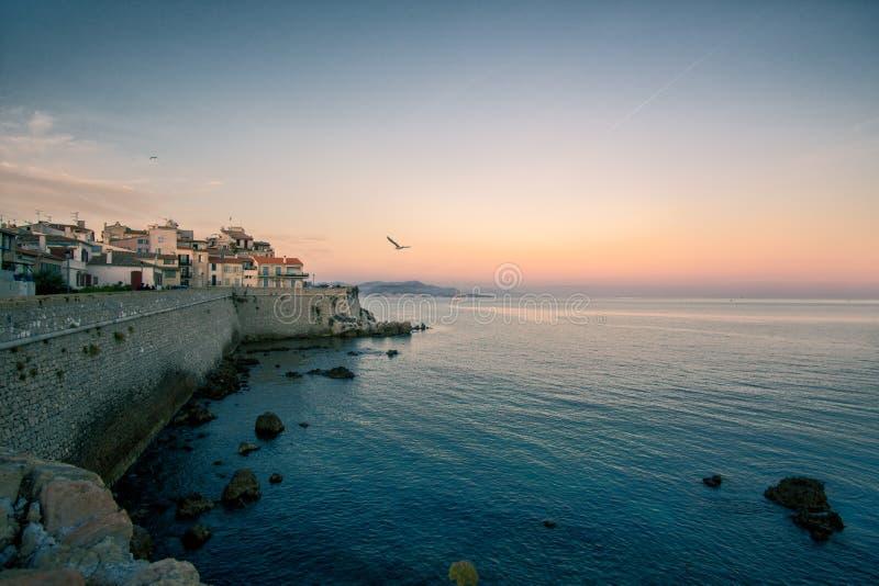 Os les de Antibes Juan fixam a costa de mar Mediterrâneo durante o crepúsculo, por do sol azul da hora imagem de stock