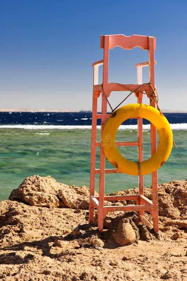 Os Lifeguards coloc na praia fotos de stock
