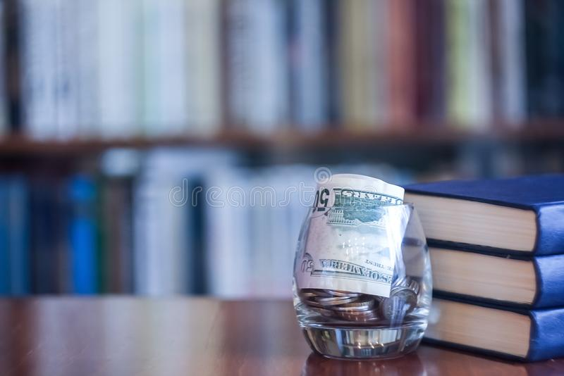 Os livros na biblioteca na tabela Para ganhar o conhecimento do foto de stock royalty free