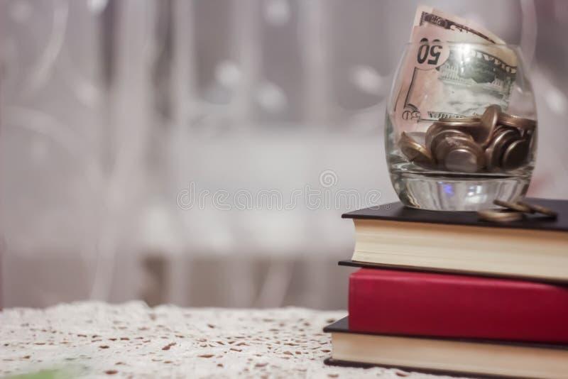 Os livros na biblioteca na tabela Para ganhar o conhecimento do imagens de stock royalty free