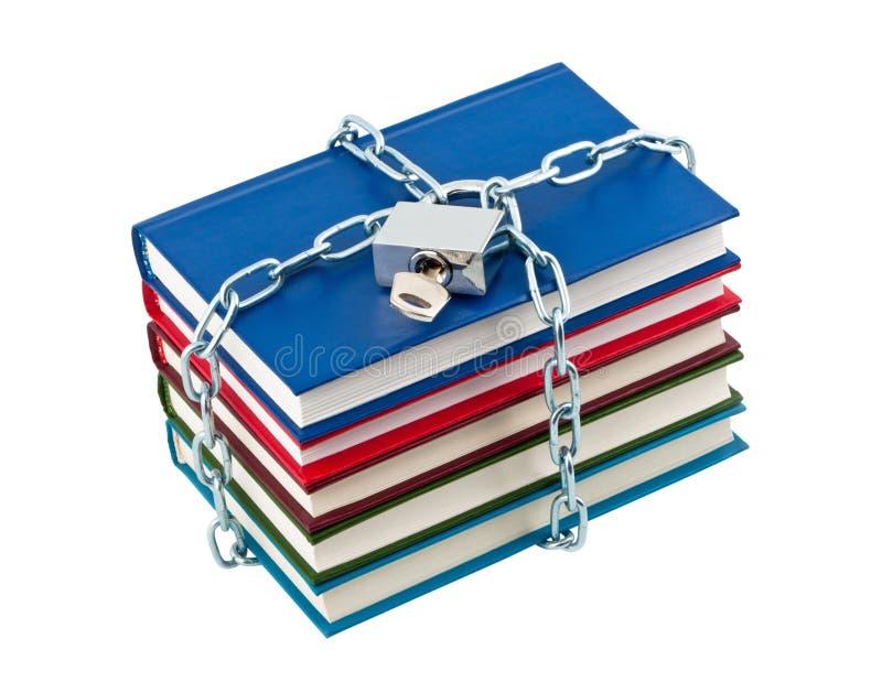 Os livros nas correntes fecharam o cadeado. fotografia de stock royalty free