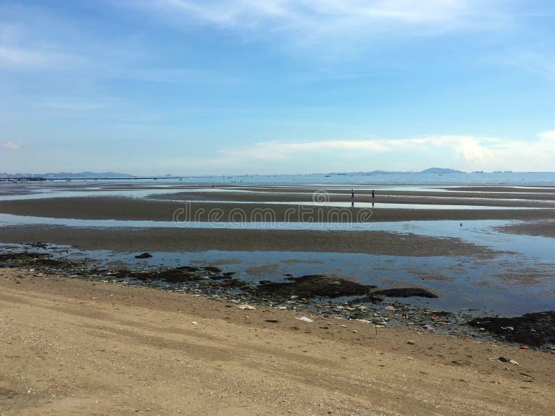Os lixos e os desperdícios plásticos na praia fazem o mar poluídos imagem de stock royalty free