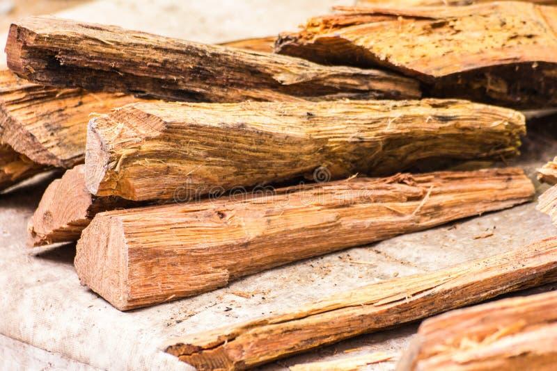 Os logs da madeira do fogo no mercado tailandês imagem de stock royalty free