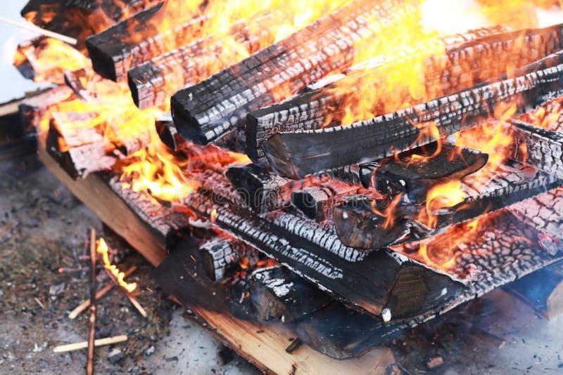 Os logs de madeira queimam-se com uma chama brilhante no fogo imagem de stock royalty free