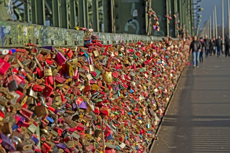 Os lotes do amor travam na ponte de Hohenzollern, água de Colônia fotos de stock royalty free