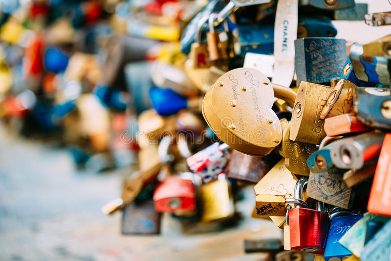 Os lotes do amor travam na ponte na cidade europeia fotografia de stock