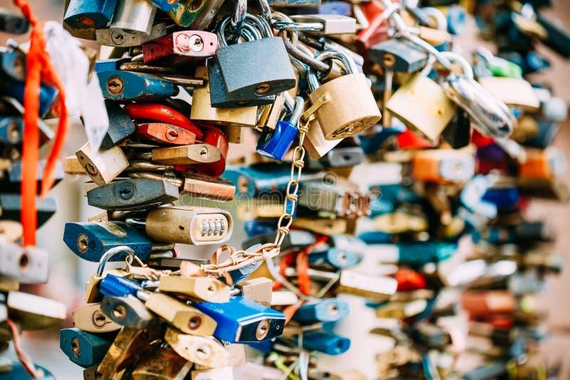 Os lotes do amor travam na ponte na cidade europeia fotos de stock royalty free