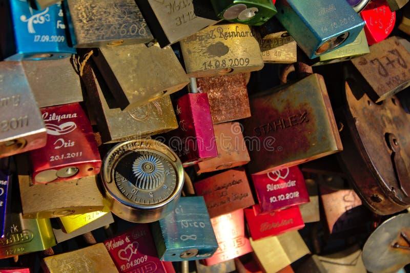 Os lotes do colourfull amam fechamentos na ponte de Hohenzollern, água de Colônia, quadro enchido fotos de stock royalty free