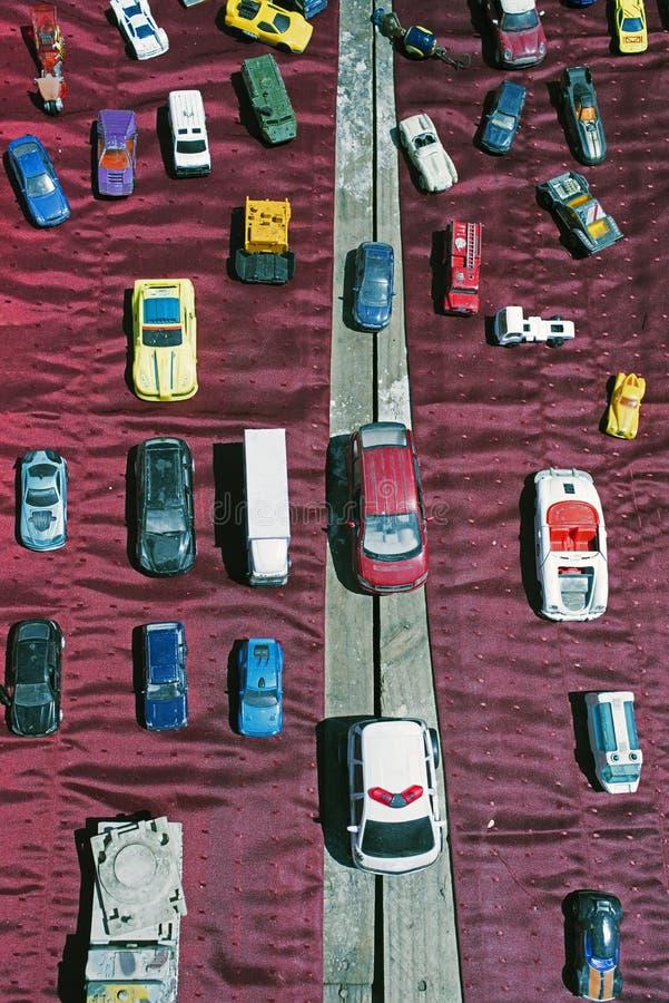 Os lotes do vintage pequeno brincam carros e morrem os carros modelo do molde em uma feira da ladra imagens de stock