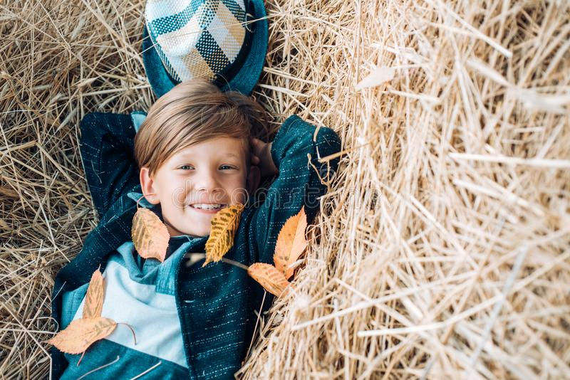 Os ?ltimos dias do tempo morno devem ser considerados fora com um sorriso em sua cara Venda para a cole??o inteira do outono, inc foto de stock royalty free