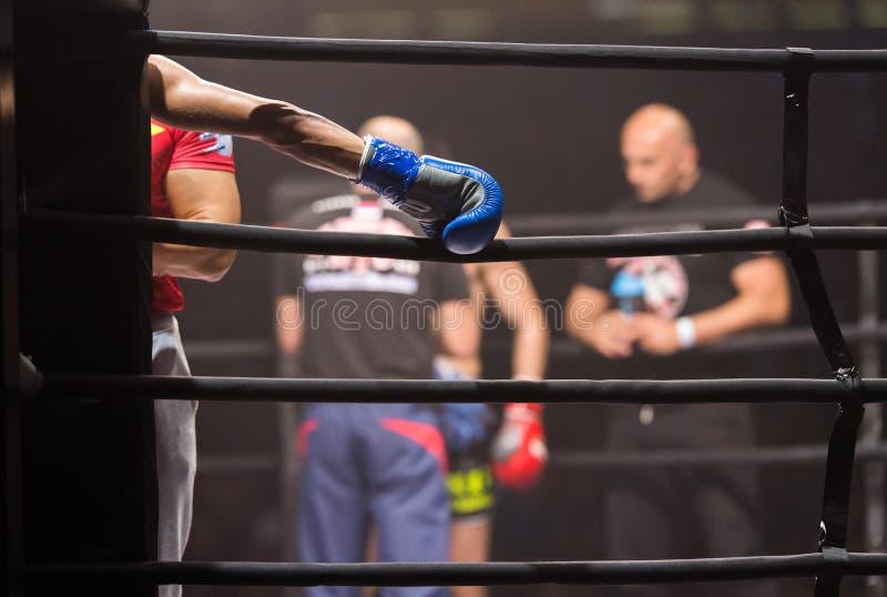 Os lutadores dos pugilistas do Muttahida Majlis-E-Amal lutam nas lutas sem regras no anel fotografia de stock