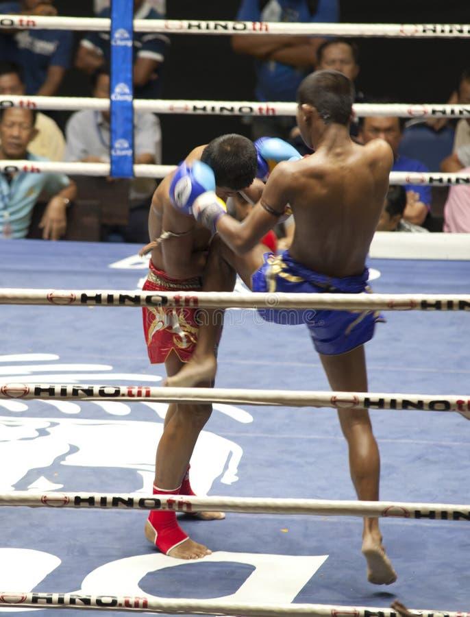 Os lutadores tailandeses de Muay competem em um fósforo de encaixotamento tailandês fotos de stock