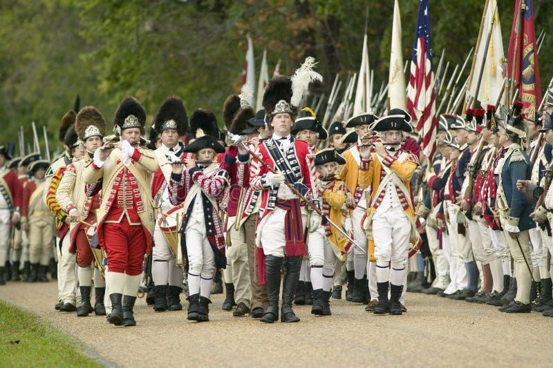 Os músicos britânicos marcham no campo da rendição no 225th aniversário da vitória em Yorktown, um reenactment do cerco de York fotografia de stock royalty free