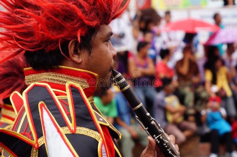 Os músicos de faixa jogam o clarinete durante a exposição anual da banda filarmônica fotos de stock