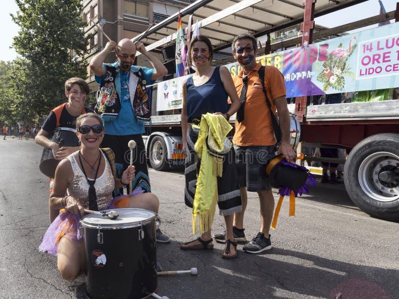 Os músicos do evento do orgulho de Lazio levantam para a câmera - Roma foto de stock