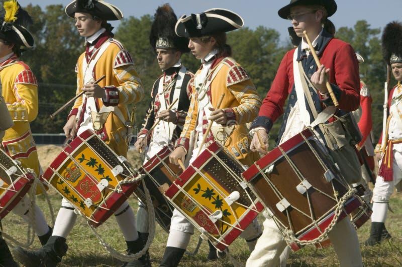 Os músicos do pífano e do cilindro executam na plantação de Endview (cerca de 1769), perto de Yorktown Virgínia, como parte do 22 fotografia de stock