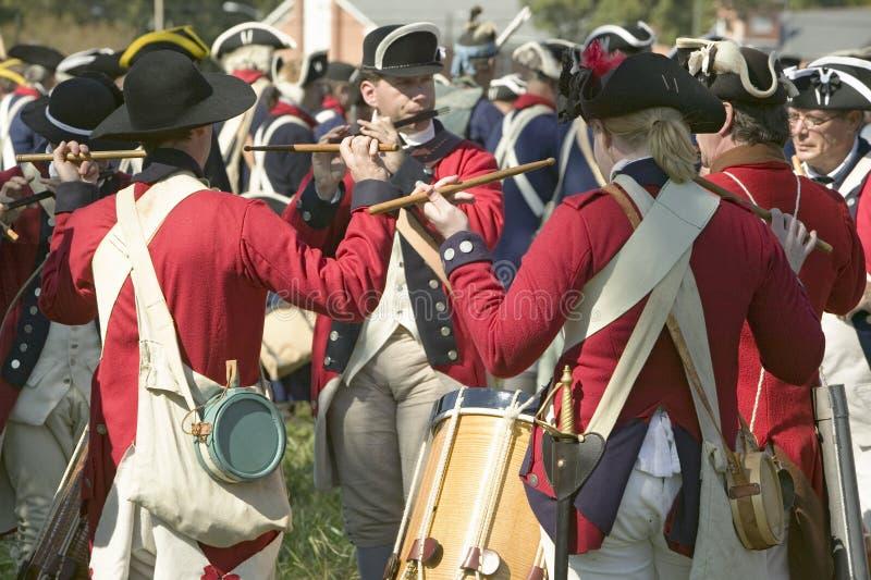 Os músicos do pífano e do cilindro executam na plantação de Endview (cerca de 1769), perto de Yorktown Virgínia, como parte do 22 imagem de stock royalty free