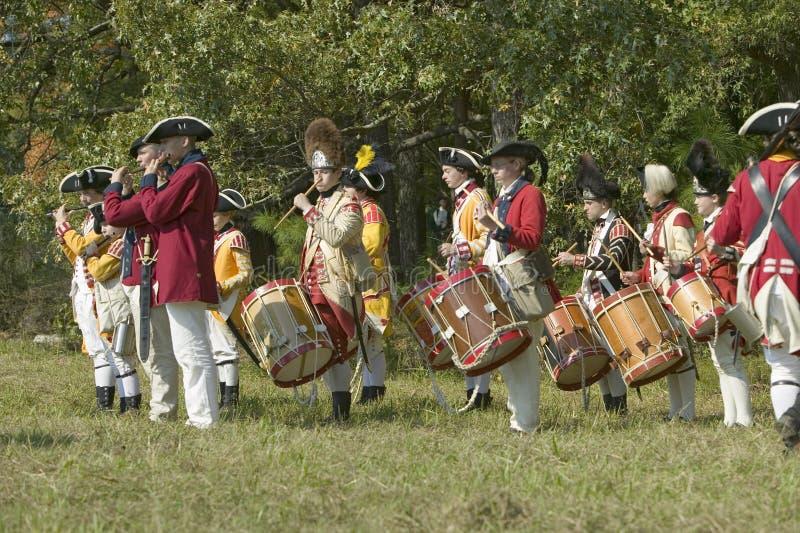 Os músicos do pífano e do cilindro executam na plantação de Endview (cerca de 1769), perto de Yorktown Virgínia, como parte do 22 imagem de stock