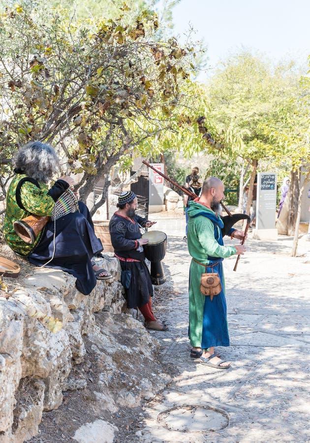 Os músicos em trajes europeus medievais jogam a música nas gaitas de fole e nos cilindros no ` dos cavaleiros do Jerusalém do ` d foto de stock royalty free