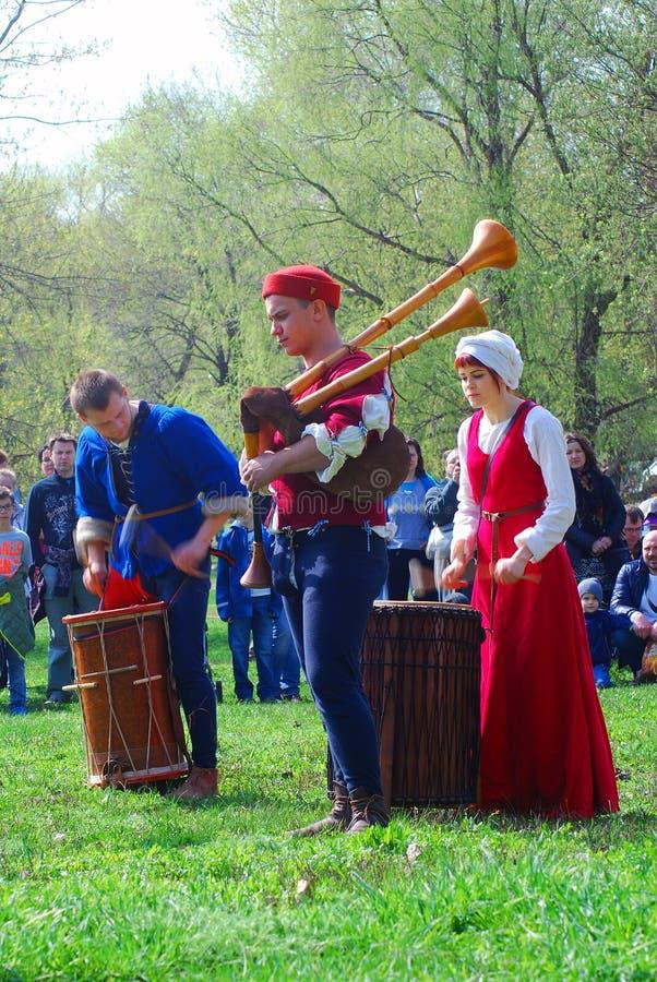 Os músicos em trajes históricos executam em um parque foto de stock royalty free