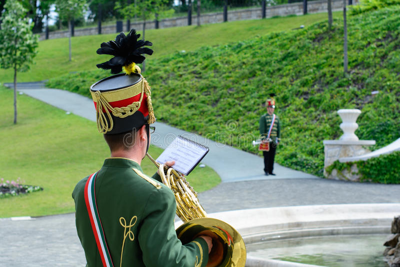 Os músicos húngaros do hussardo estão executando no castelo de Budapest imagem de stock