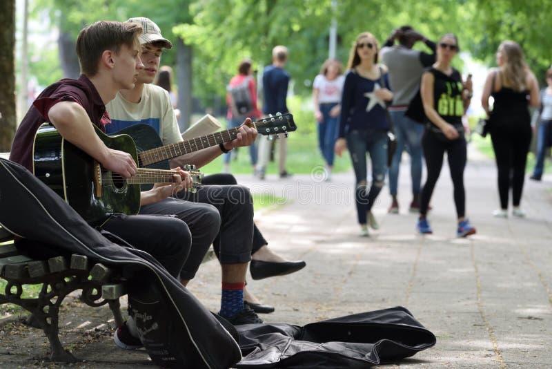 Os músicos jogam a guitarra no dia da música da rua fotos de stock royalty free