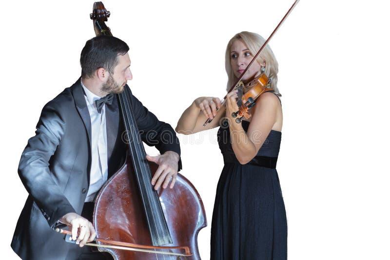 Os músicos jogam o violino e a imagem isolada contrabaixo no fundo branco fotografia de stock