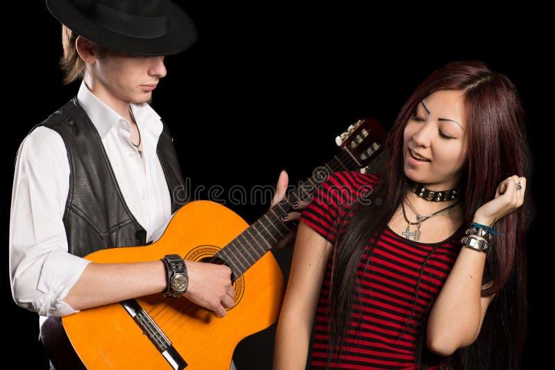 Os músicos novos executam a música fotografia de stock royalty free