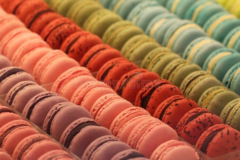 Os macarons coloridos franceses do close-up no restaurante de França, decoraram a sobremesa francesa caseiro doce famosa, fundos  fotos de stock royalty free