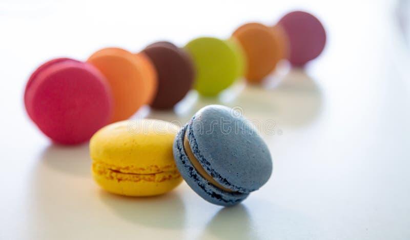 Os macarons coloridos no fundo branco, fecham-se acima da vista fotografia de stock
