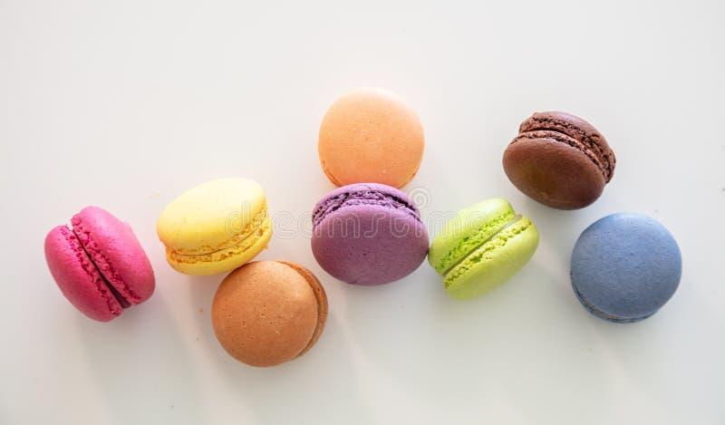 Os macarons coloridos no fundo branco, fecham-se acima da vista imagem de stock