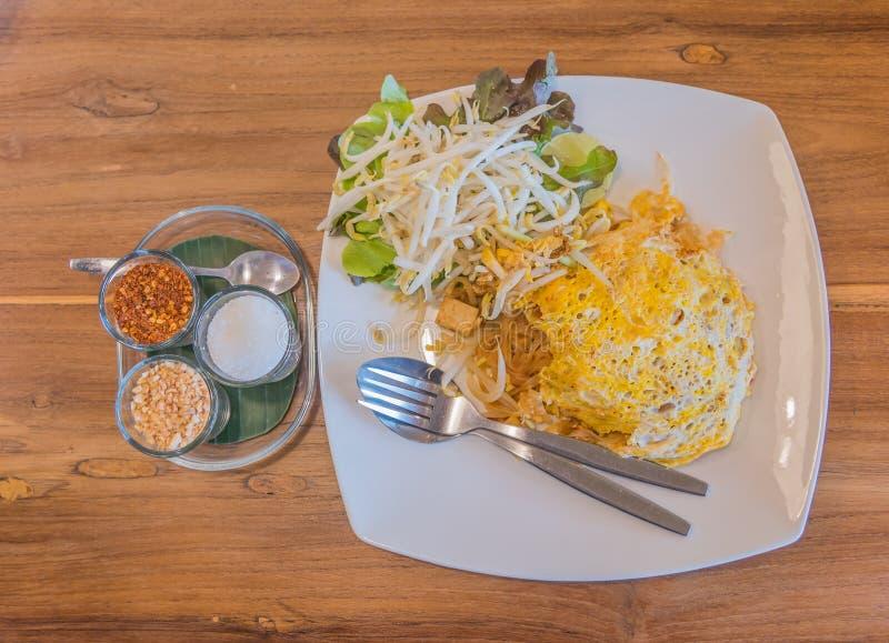 os macarronetes acolchoam tailandês na tabela de madeira fotos de stock royalty free