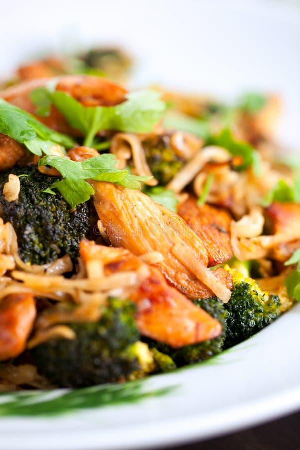 Os macarronetes de arroz com galinha, mun dos cogumelos e vegetais, preparam-se imagens de stock