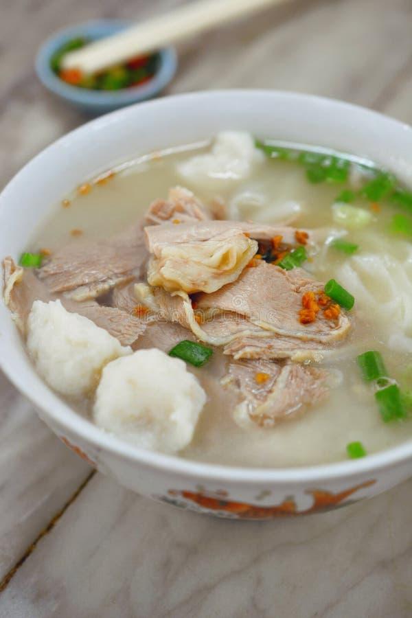 Os macarronetes de arroz lisos serviram em uma sopa clara imagem de stock royalty free