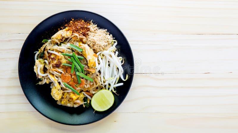Os macarronetes de arroz salteado (almofada tailandesa) são o alimento popular Tailândia foto de stock royalty free