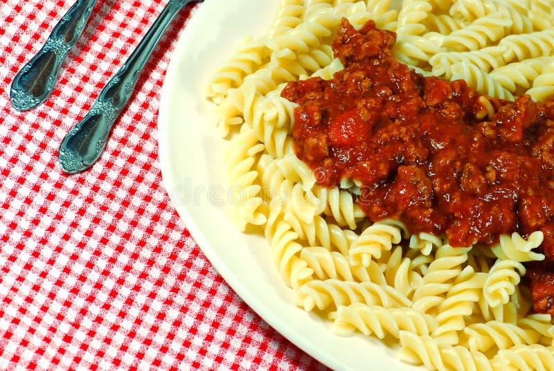 Os macarronetes de Fusilli com carne sauce em uma placa fotos de stock royalty free