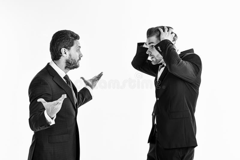 Os Machos em ternos clássicos têm o argumento do negócio Arg não barbeado dos homens imagem de stock royalty free