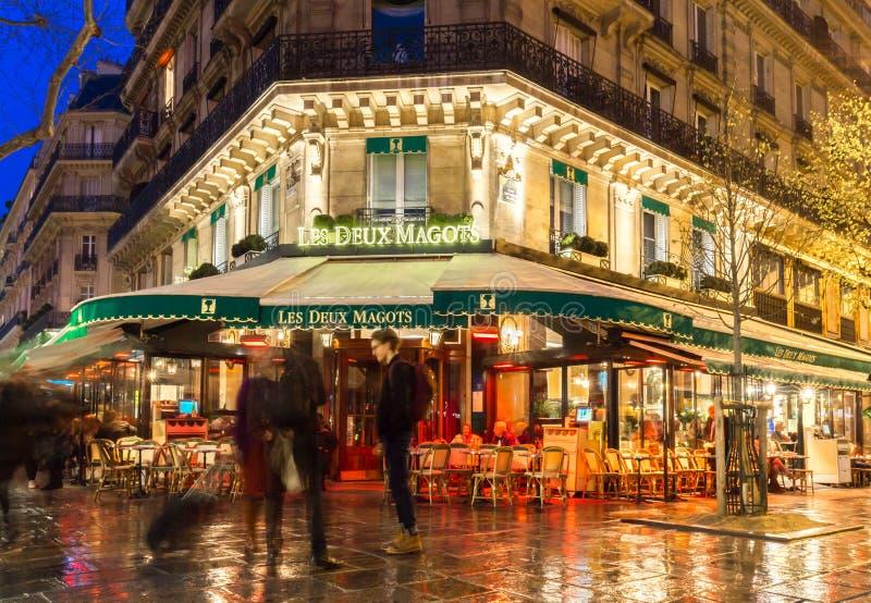 Os magots famosos na noite, Paris do deux de Les do café, França fotos de stock