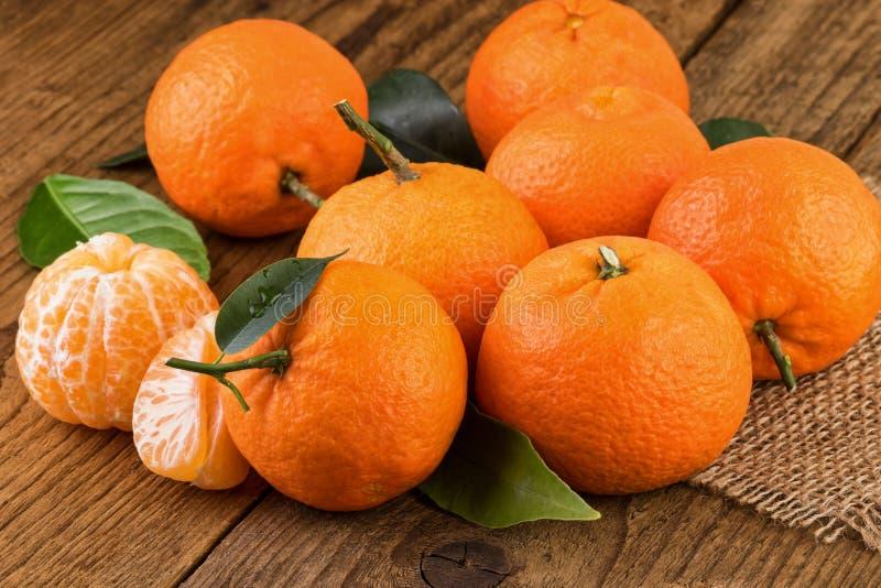 Os mandarino frescos das tangerinas Ainda vida rústica fotos de stock royalty free